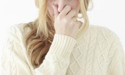鼻をつまむ女性のイメージ