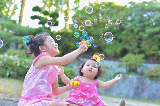 シャボン球を飛ばす子供