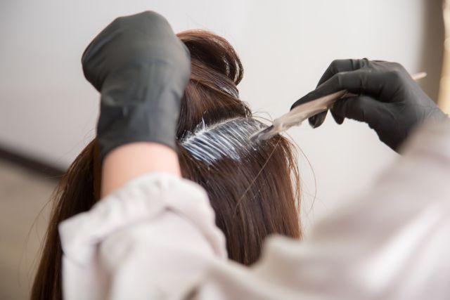 髪を染めてもらっている女性