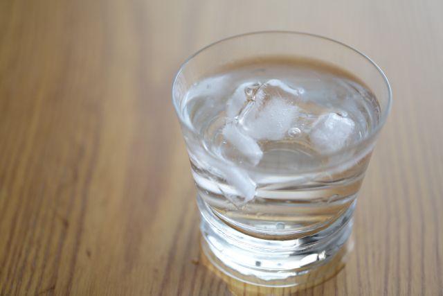 水と氷が入ったコップの画像