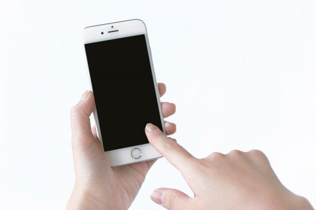 スマートフォンを操作している人の画像