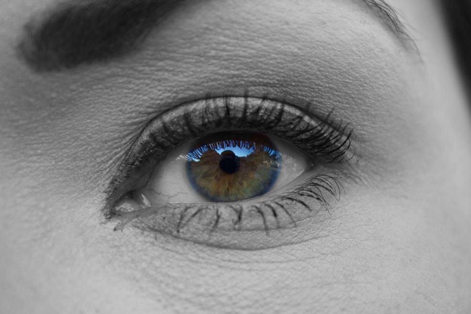 女性の目のイメージ